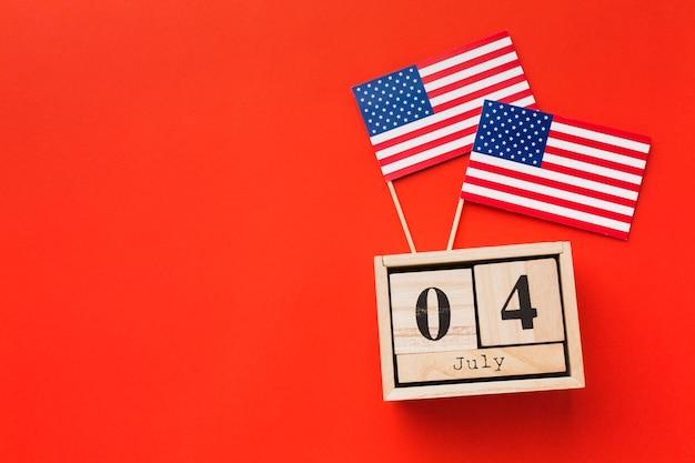 Вид сверху американских флагов с датой и копией пространства