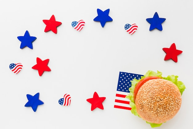 アメリカの国旗と星のハンバーガーのフラットレイアウト
