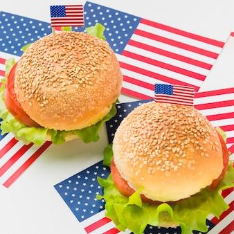 Высокий угол бургеров с американскими флагами