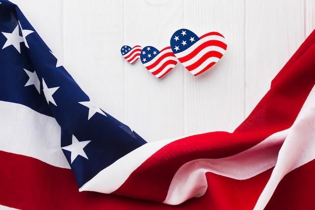 独立記念日のためのフラット横たわっていたハート形のアメリカ国旗