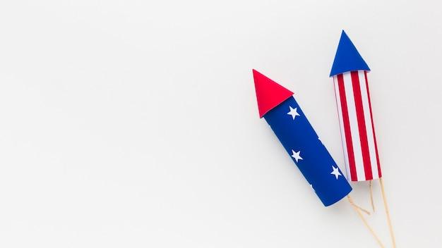 Вид сверху на день независимости фейерверк с копией пространства