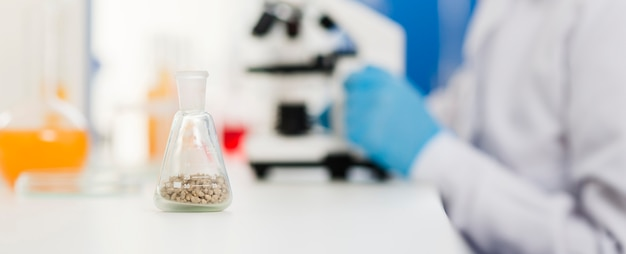 Вид сбоку расфокусированным женщина-ученый с лабораторным оборудованием