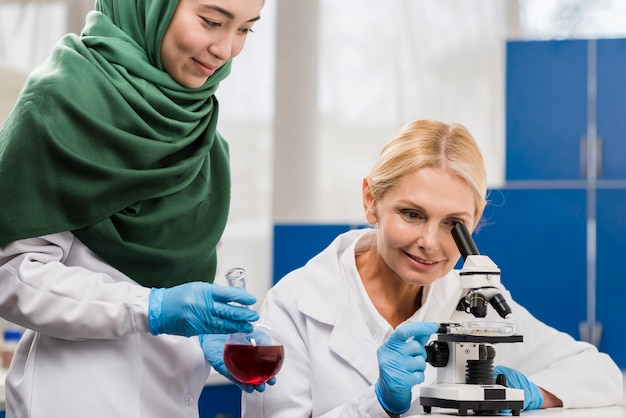 実験室で一緒に働いている女性科学者