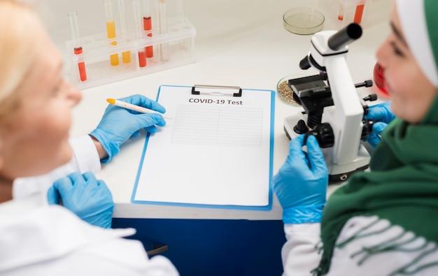 Высокий угол женщин-ученых в лаборатории