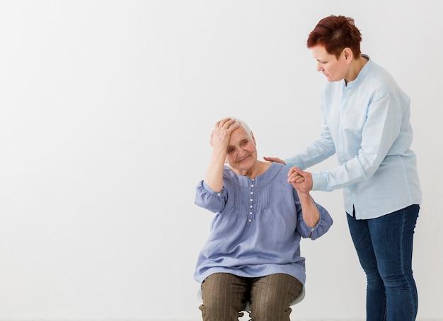 コピースペースでお互いの世話をする高齢者の女性