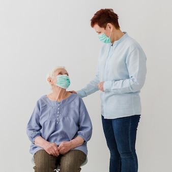 医療マスクを身に着けている年配の女性の正面図
