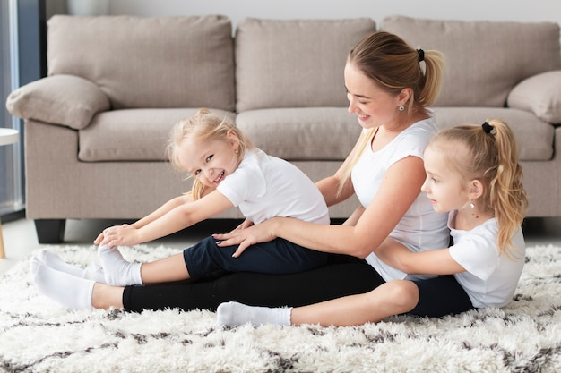 Вид сбоку дочери и матери, работающие дома
