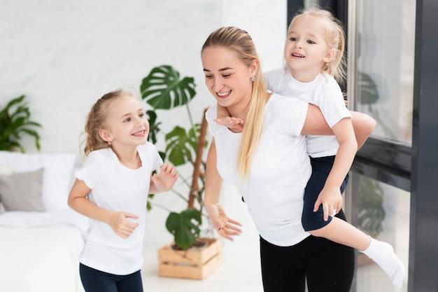 Счастливая мать дома с дочерьми смайлик