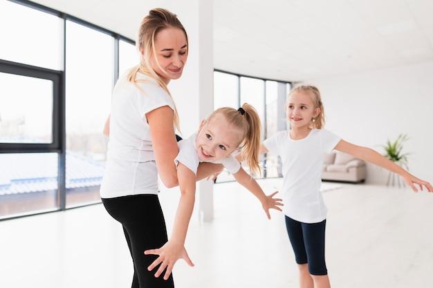 自宅で娘と遊ぶ母