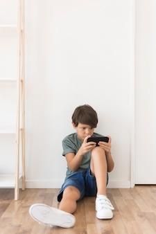 スマートフォンで遊ぶ少年