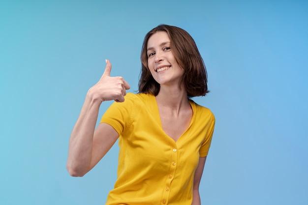 Вид спереди смайлик женщина, давая пальцы вверх