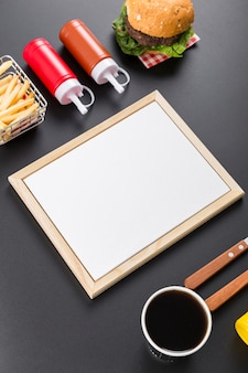 Высокий угол пустой бумаги меню с гамбургером и картофелем фри