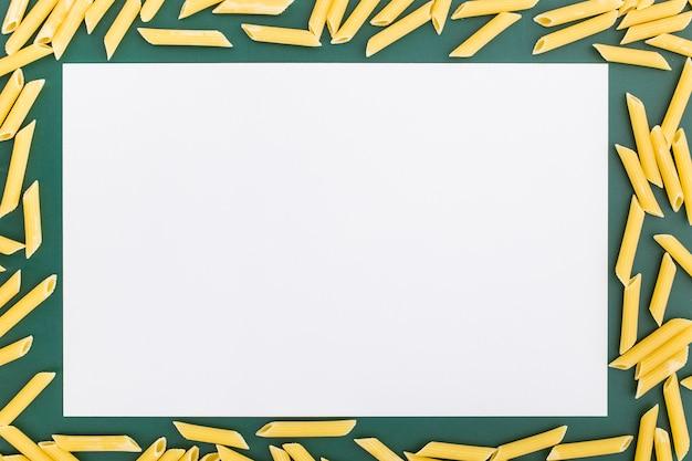 Плоская раскладка пустой бумаги меню с макаронами