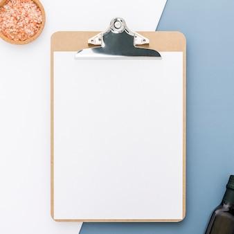 Плоская планировка пустого меню с бутылкой оливкового масла