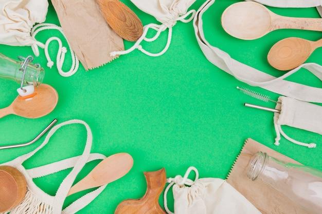 Плоская укладка многоразовых сумок с деревянными ложками