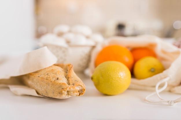 Крупный план печеного хлеба с органическими фруктами