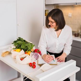 Портрет молодой женщины с продуктами