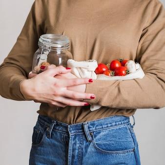 有機食料品を保持しているクローズアップの女性