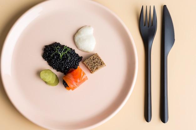 Плоское блюдо с икрой