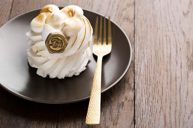 Высокий угол взбитые сливки торт