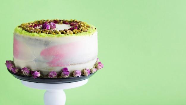 緑の背景とケーキの品揃え