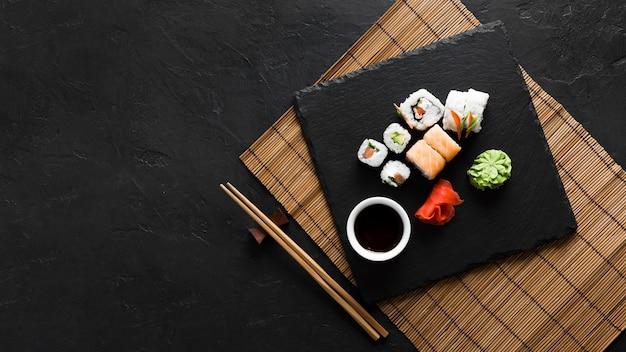 Вид сверху вкусная еда суши