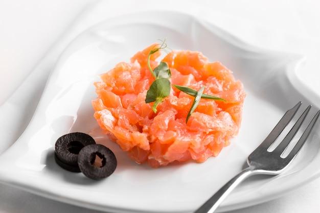 Высокий угол вкусной рыбной муки на тарелке