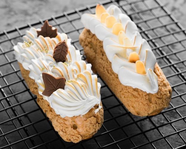 Пирожные со взбитыми сливками под высоким углом