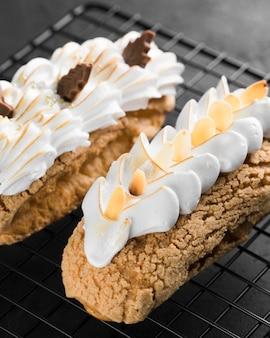 Вкусные пирожные со взбитыми сливками