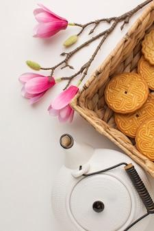 Вид сверху домашнее печенье с чайником