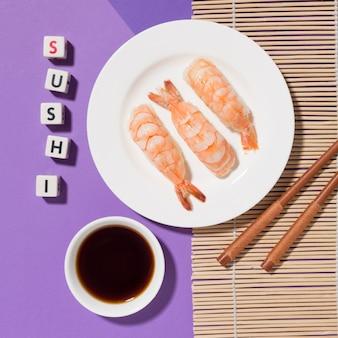Вид сверху суши день концепция с соевым соусом