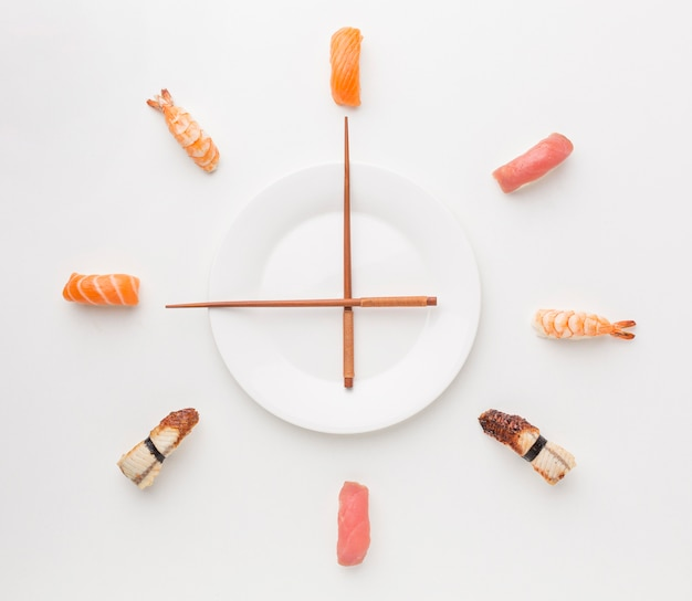 Вид сверху суши с палочками для еды