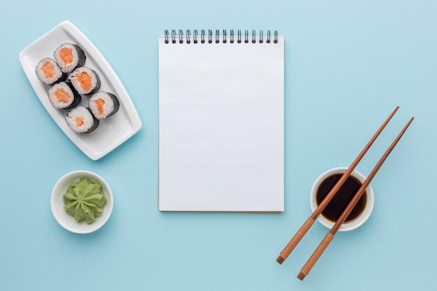 Вид сверху суши роллы с васаби и соевым соусом