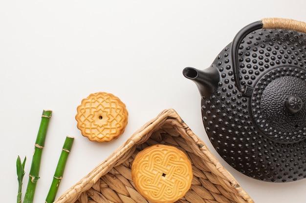ティーポットとトップビューの自家製クッキー
