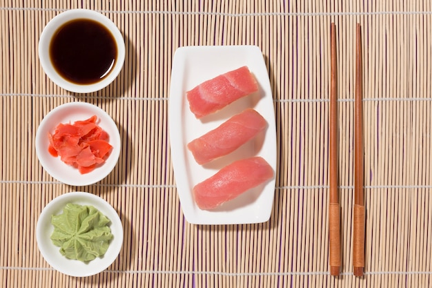 Вид сверху вкусные суши с васаби и свежим имбирем
