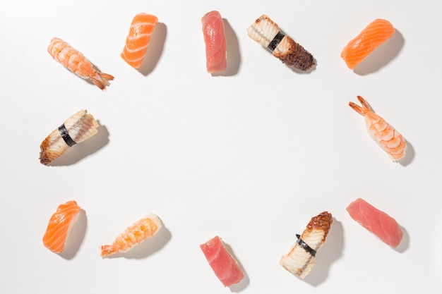 Вид сверху выбор вкусных суши с копией пространства