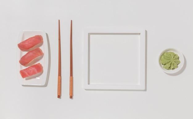 Вид сверху вкусные суши с палочками для еды и васаби