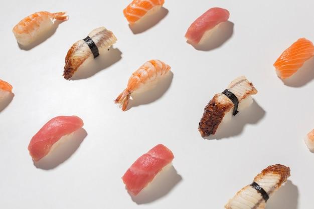 Ассортимент вкусных суши крупным планом