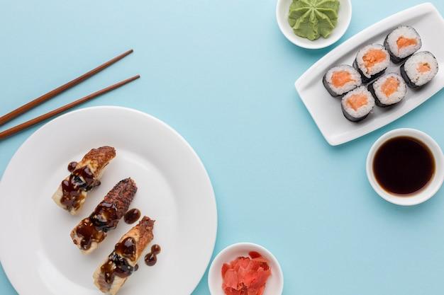 Вид сверху вкусные суши роллы с соевым соусом