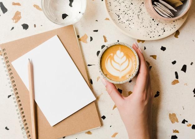 一杯のコーヒーとトップビューデスク