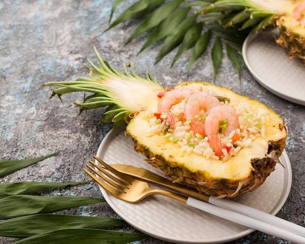 Высокий вид экзотических блюд ананас и креветки