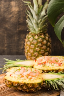 Вид спереди экзотический ананас и морепродукты