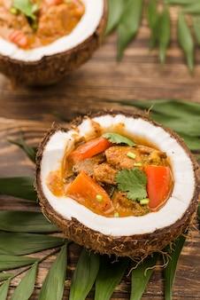 Высокий вид половинки кокоса и рагу