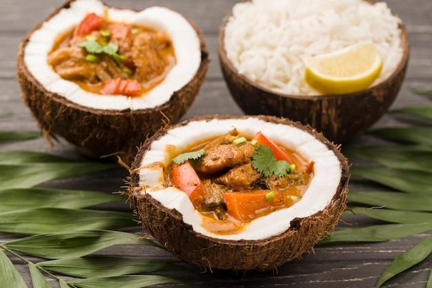 Половинки кокоса с тушеным мясом