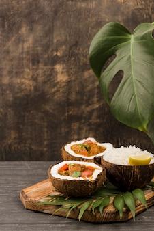 Половинки кокосового ореха с тушеным мясом