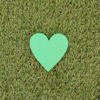 草の上の緑の紙のハート