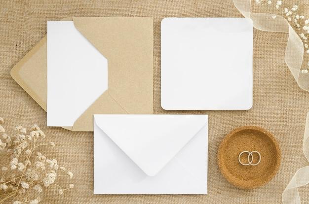 フラット横たわるシンプルな結婚式の招待状