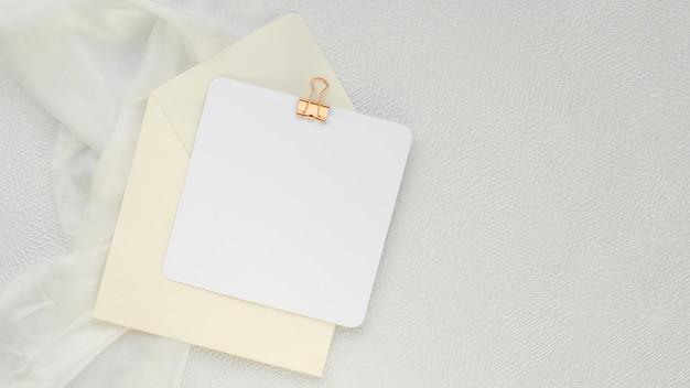 フラット横たわっていたミニマリストの結婚式の招待状