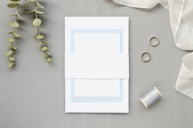 リング付きのシンプルな結婚式の招待状