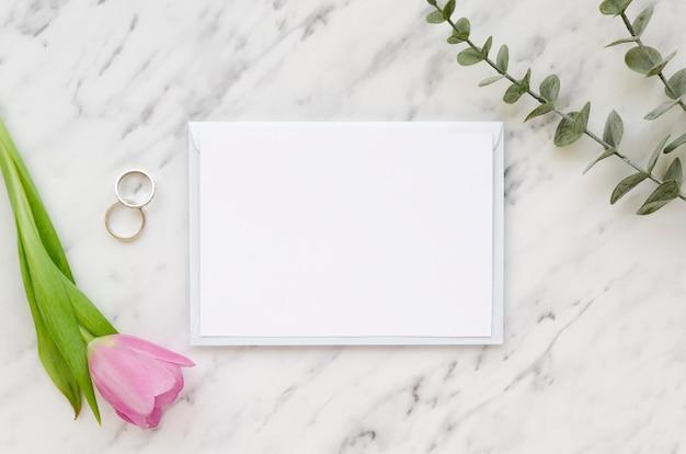 空の紙とチューリップの花